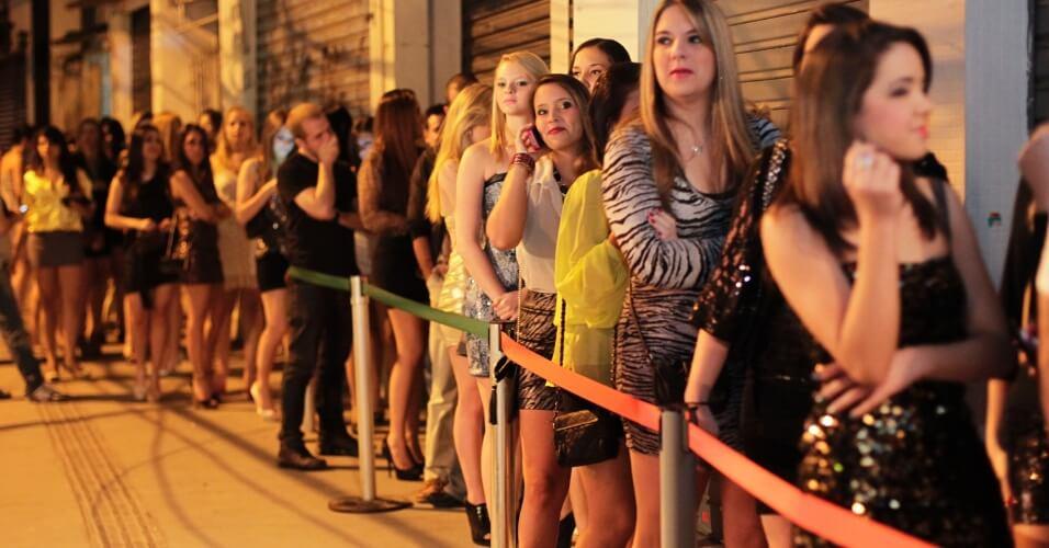 cobranca indevida em casas noturnas restaurantes e bares e ilegal cobrar entrada por genero